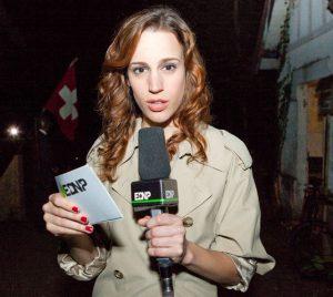 """Marie-Eve Musy est la reporter Mélissa Bellanoni dans la série """"En Direct de Notre Passé""""."""