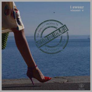 En fond: le lac et le ciel bleu, au premier plan: une jambe de femme entrain de marcher sur le quai, jupe printanière qui vole et sandales violettes à talons aiguilles.