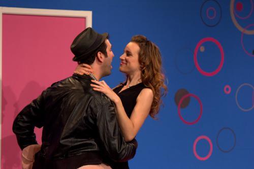 Prune (jouée par Marie-Eve Musy) dans les bras de son chéri Thomas (Christian Baumann) dans la pièce Coma Story.
